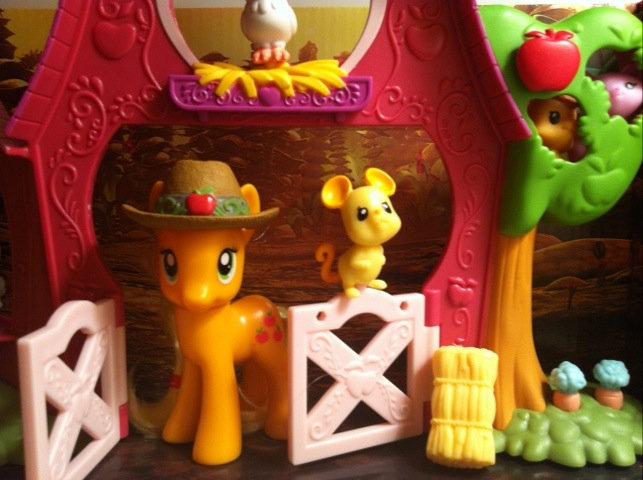 My Little Pony Applejack Coming Out of Sweet Apple Acres Barn Toy Playset Hasbro